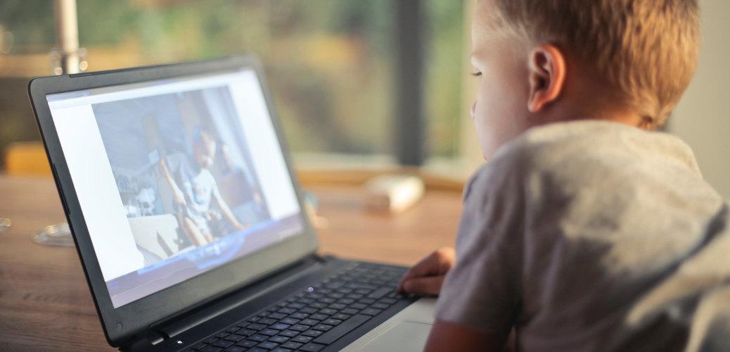 bimbi che usano il computer