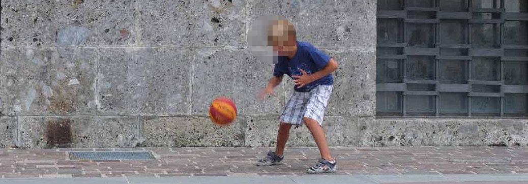 bambino gioca a pallone